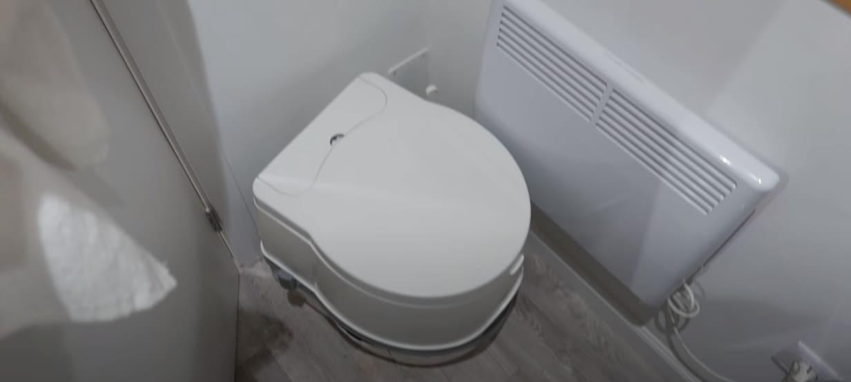 туалет и обогреватель под окном