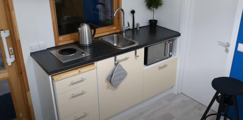 нижние шкафчики на кухне мини-дома