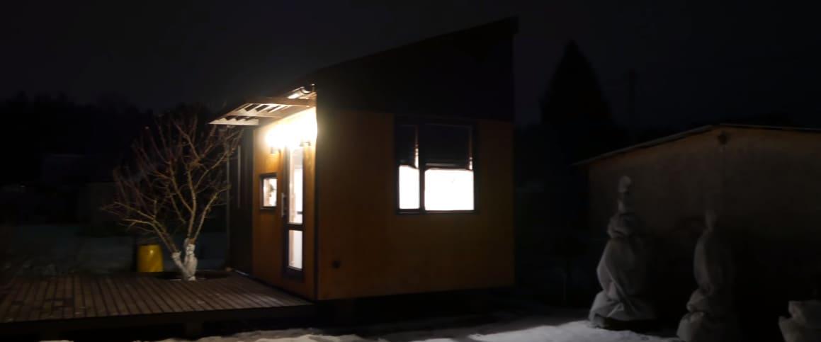 так выглядит мини-дом в ночное время