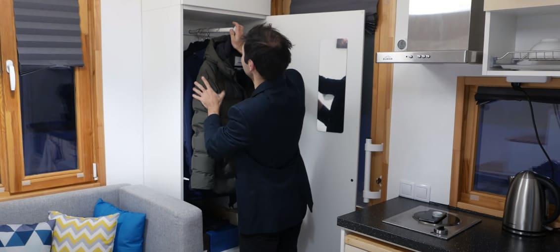 при віходе из дома установлен шкаф с вешалкой и зеркалом