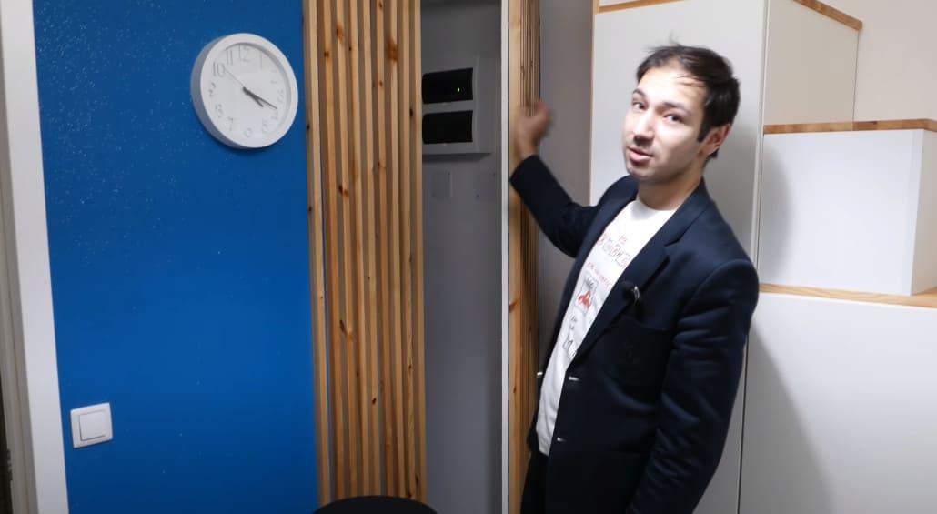 скрытая дверь в служебное помещение