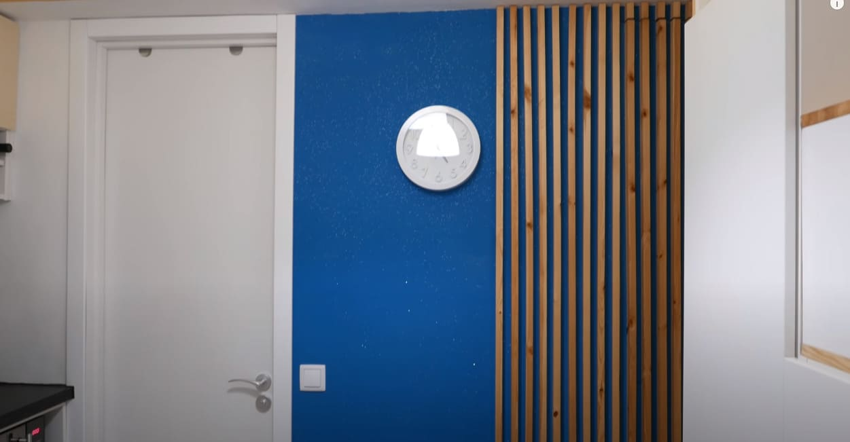 стена с декоративной рейкой