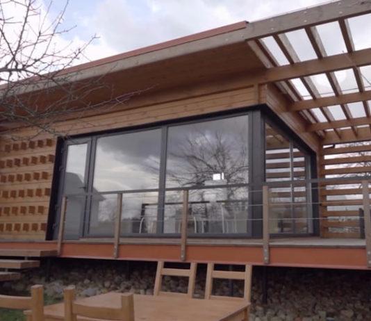 Современный маленький деревянный дом из бруса с большой террасой