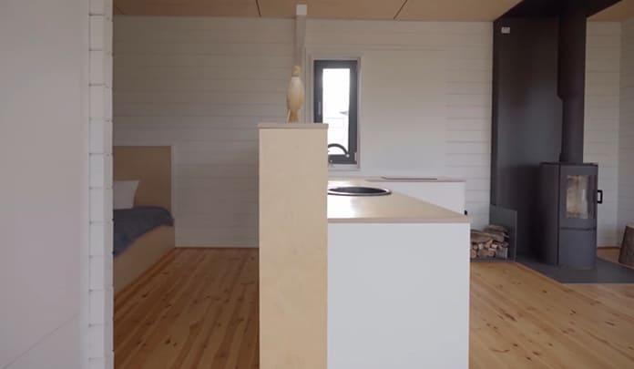 перегородка внутри дома разделяет кухню и спальню