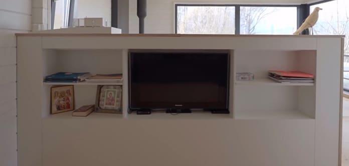 телевизор и полочки вшиты в стену
